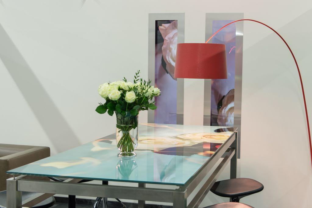 Tisch mit bedruckter Glasplatte